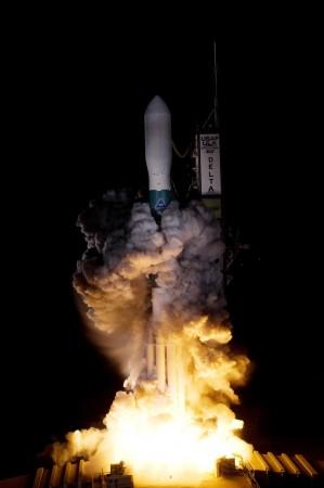 Un cohete Delta II que lleva la nave espacial Kepler de la NASA se eleva a través de las nubes de escape. El despegue estuvo a tiempo a las 10:49 pm hora del este, el 6 de marzo de 2009. (NASA/Regina Mitchell-Ryall, Tom Farrar)