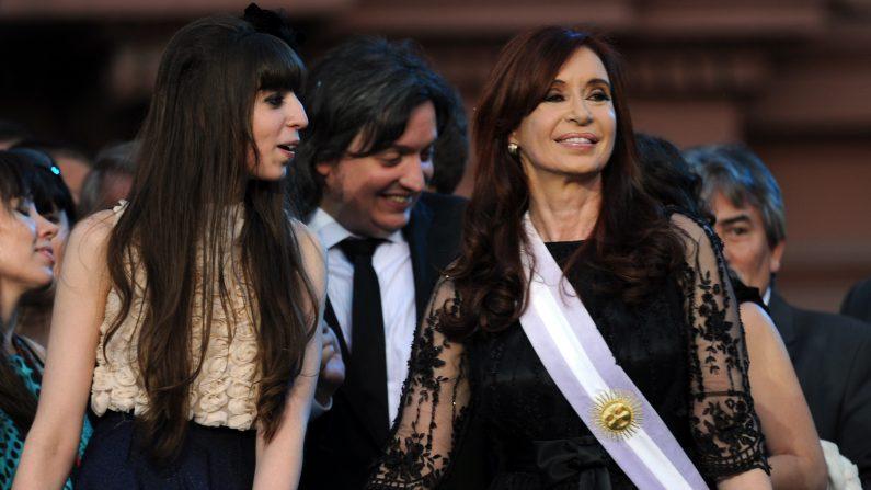 Presidenta argentina Cristina Fernández de Kirchner sostiene la mano de su hija Florencia, y junto a su hijo Máximo, en plaza de Mayo, Buenos Aires el 10 de diciembre de 2011. (Foto: DANIEL GARCIA/AFP/Getty Images)