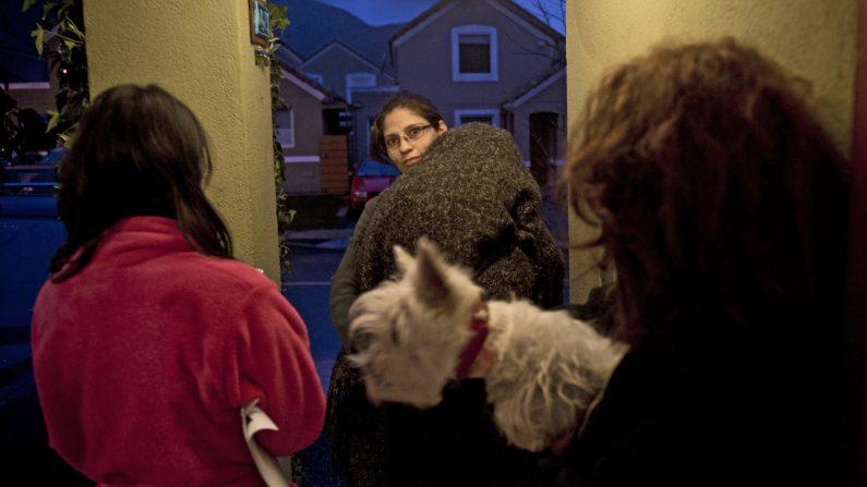 Una familia espera fuera de su casa después de que un terremoto de magnitud 6,4 en Santiago el 23 de agosto de 2014. El epicentro del terremoto fue en Quillota, Región de Valparaíso, a 24 km de profundidad, según fuentes locales (Photo credit should read MARTIN BERNETTI / AFP / Getty Images)