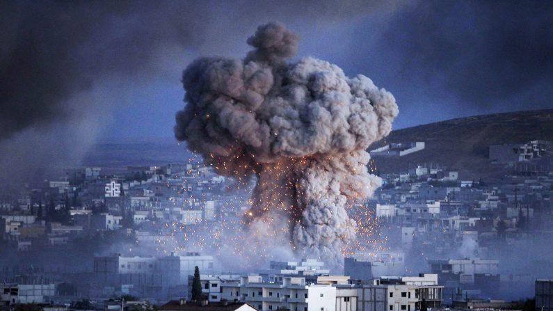 Una explosión en la ciudad siria de Kobani durante un ataque suicida con coche bomba por ISIS, grupo en una posición de la Unidad de Protección del Pueblo ( YPG ) en el centro de la ciudad de Kobani , como se ve desde las afueras de Suruc , en el frontera entre Turquía y Siria 20 de octubre de 2014 en la provincia de Sanliurfa , Turquía  (Photo by Gokhan Sahin/Getty Image)