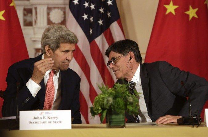 El secretario de Estado, John F. Kerry (izquierda) y el secretario del Tesoro Jacob Lew durante la sesión de clausura del séptimo Diálogo Estratégico y Económico entre EEUU y China en el Departamento de Estado estadounidense en Washington el 24 de junio de 2015. (Chris Kleponis / AFP / Getty Images)