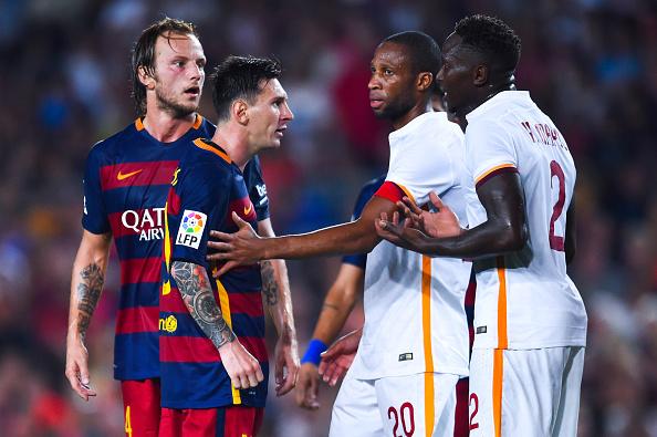 BARCELONA, ESPAÑA - 05 de agosto: Lionel Messi, del FC Barcelona discute con Yanga-M'Biwa (R) de AS Romaduring el partido del trofeo Joan Gamper en el Camp Nou el 5 de agosto de 2015, de Barcelona, España. (Foto por David Ramos / Getty Images)