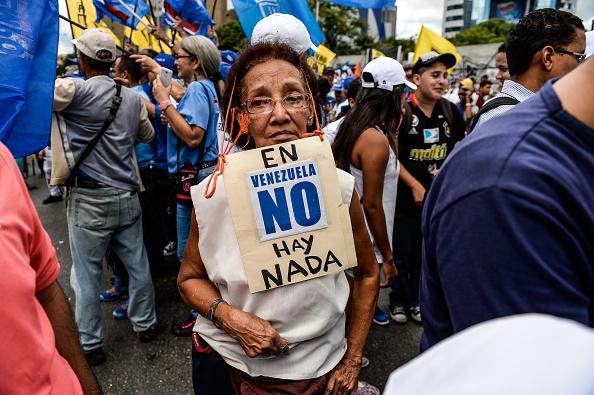 """Un activista de la oposición de Venezuela lleva un cartel que decía """"No hay nada en Venezuela"""" durante una manifestación pacífica contra la delincuencia y la escasez en el país, en Caracas, el 8 de agosto de 2015 (Photo credit should read FEDERICO PARRA / AFP / Getty Images)"""