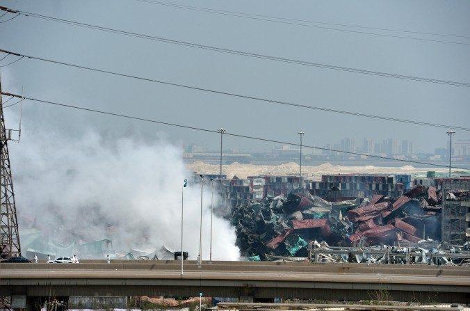 Fotografía tomada el 16 de agosto, 2015 que muestra humo que emana del sitio de la explosión en Tianjin. (STR/AFP/Getty Images)