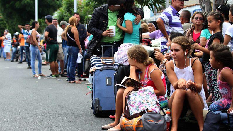 Colombianos en su camino de regreso cola de casa a la oficina de aduanas en la ciudad fronteriza de San Antonio, Estado Táchira, Venezuela, el 23 de agosto de 2015 (Photo credit should read George CASTELLANOS / AFP / Getty Images)