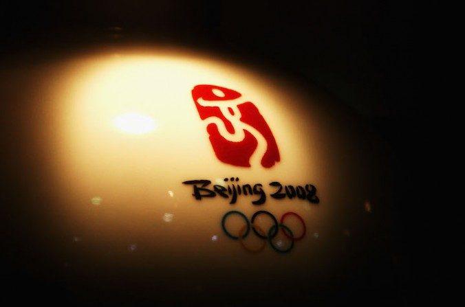 El logotipo de los Juegos Olímpicos de Beijing 2008 en un jarrón el 4 de agosto de 2008 en Beijing, China. (Ryan Pierse/Getty Images)