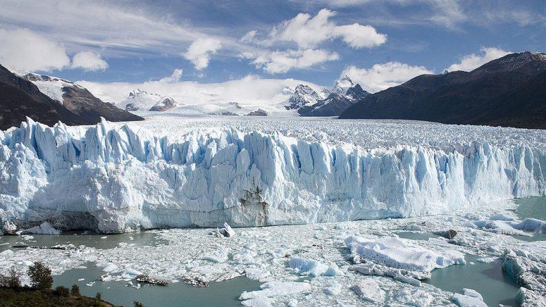 Vista del Glacial Perito Moreno, declarado Patrimonio de la humanidad por la Unesco. El glaciar podría ser afectado por la construcción de un complejo hidroeléctrico sobre el Río Santa Cruz, en la Patagonia argentina. (Foto: Wikimedia Commons)