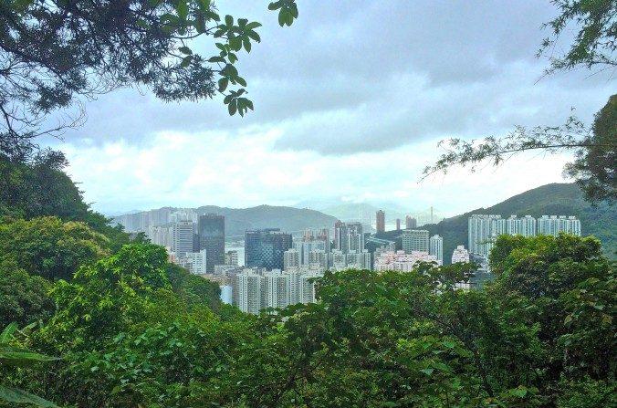 Mirando al mar desde el sendero del campo Chi Ma Wan, isla de Lantau. (Philip Evich)