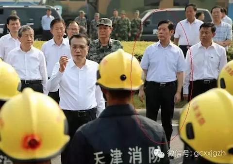 Yang Dongliang (dentro del óvalo rojo) poco antes de ser purgado, durante una charla del primer ministro Li Keqiang (centro, de anteojos) con bomberos de Tianjin. (Screen shot/WeChat)