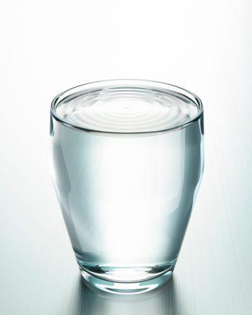 El agua caliente ayuda a eliminar toxinas que tienen impacto a nivel del sistema nervioso influyendo en el estado mental y las emociones. Foto: Getty Images
