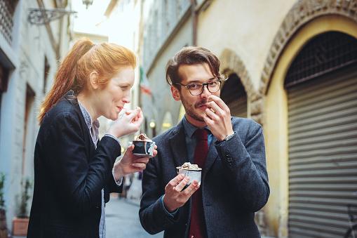 No es recomendado ingerir alimentos mientras se camina ya que podría generar que uno desee consumir más alimentos. Foto: Getty Images - Cultura RM/Sofie Delauw