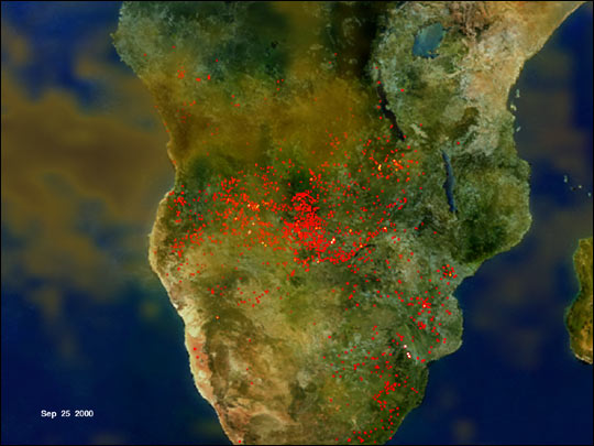 """""""Río de humo"""" sobre la región azotada de incendios en África. (Earthobservatory/NASA)"""