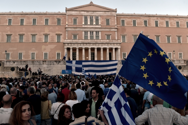 Decenas de griegos protestan delante del parlamento de Grecia en Atenas. (Imagen: La Información)