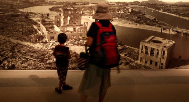 Una mujer y su hijo, miran una foto en el Hiroshima Peace Memorial, 5 de Agosto de 2012. (Buddhika Weerasinghe/Getty Images)