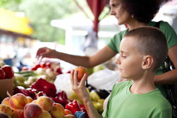 Una ONG de Francia comprobó la presencia de pesticidas agrotóxicos en frutas y verduras (aún luego de ser lavadas y peladas) que habían sido cosechadas convencionalmente (no orgánicas). (xalanx/iStock)