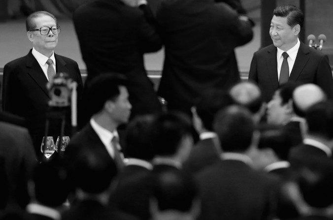 Jiang Zemin (izq) y Xi Jinping (der), 30 de septiembre de 2014 en Beijing.  (Feng Li/Getty Images)