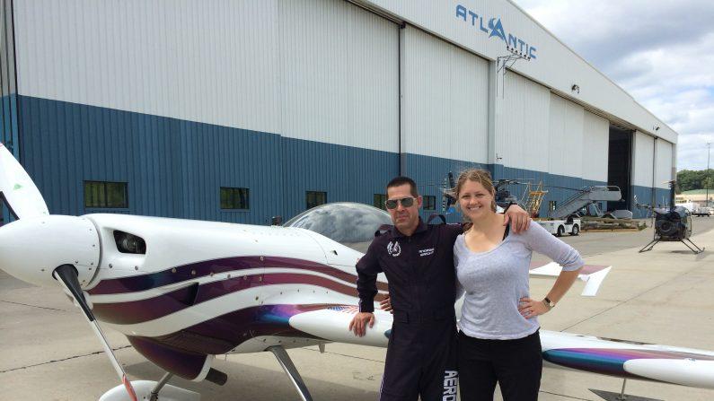 La periodista de La Gran Época Holly Kellum con el piloto Andrew Wright el jueves 27 de agosto de 2015. Wright murió al día siguiente mientras practicaba para el show de acrobacias aéreas de Nueva York. (Holly Kellum/La Gran Época)