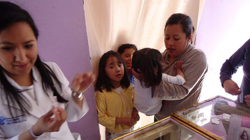 Alumna del Instituto Tecnológico y de Estudios Superiores de Monterrey, Campus Ciudad de México en campaña de vacunas en México. (Wikimedia Commons)