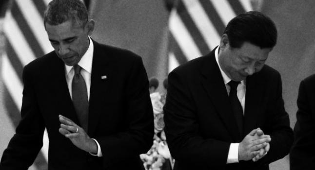 El presidente de EE.UU, Barack Obama (I) vuelve a su asiento mientras el presidente de China, Xi Jinping, aplaude luego de un brindis en un banquete realizado en el Gran Salón del Pueblo en Beijing, el 12 de noviembre del 2014. (Greg Baker/AFP/Getty Images)