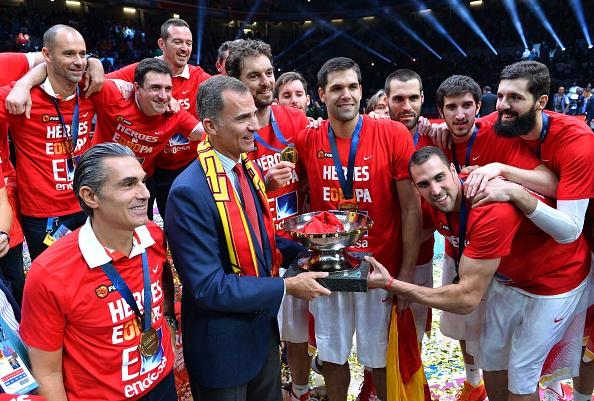LILLE, FRANCIA - 20 de septiembre, el Rey Felipe VI y España celebran el triunfo ante Lituania en el Pierre Mauroy Stadium. (Photo by Mustafa Yalcin/Anadolu Agency/Getty Images)