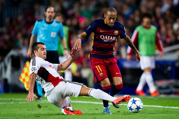 Neymar Santos Jr del FC Barcelona se enfrenta por la pelota con Guilio Donati del Bayer 04 Leverkusen en la segunda fecha del UEFA Champions League. (Alex Caparros/Getty Images)