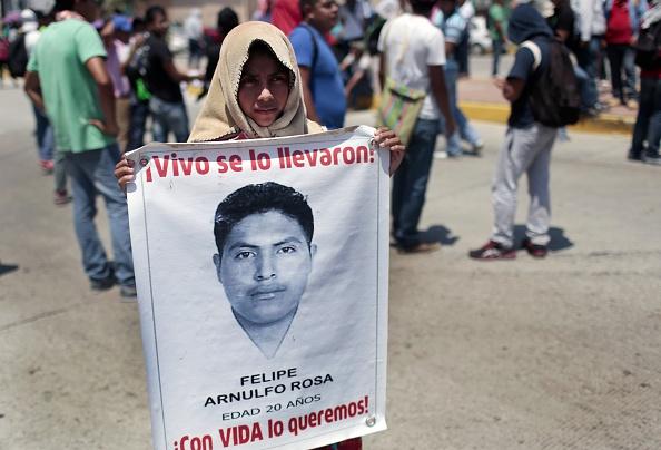 Los padres y familiares de los 43 estudiantes de Ayotzinapa participan en una protesta en Acapulco, estado de Guerrero, México, el 24 de marzo 2015 exigiendo justicia por su desaparición y la muerte de profesor Claudio Castillo muertos durante una protesta el 24 de febrero (Photo credit should read Pedro PARDO / AFP / Getty Images)