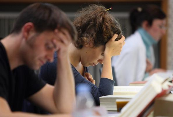 Aquí universitarios estudiando los textos legales en la biblioteca de la Facultad de Derecho de la Universidad de Humboldt antes del comienzo del semestre de invierno el 11 de octubre de 2011 en Berlín, Alemania (Foto por Adam Berry / Getty Images)