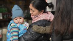 Policía china amenaza a una pareja: Su bebé o su trabajo y la afiliación al Partido