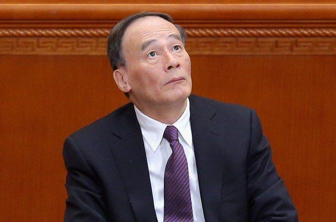 El secretario de la Comisión Central de Control Disciplinario, Wang Qishan, asiste a la sesión de clausura de la Conferencia Consultiva Política del Pueblo Chino en el Gran Palacio del Pueblo el 13 de marzo del 2015 en Beijing, China. (Feng Li / Getty Images)