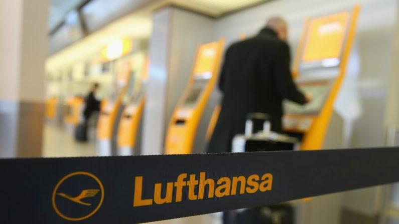 Un pasajero utiliza una máquina para el check-in para un vuelo de Lufthansa en el aeropuerto de Tegel el 19 de marzo, 2015, en Berlín, Alemania. (Sean Gallup/Getty Images)