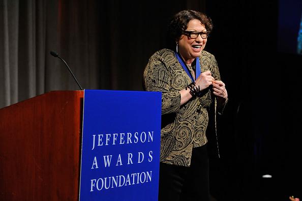 La jueza del Tribunal Supremo de Estados Unidos Sonia Sotomayor habla en la 43a Ceremonia anual de los Premios de la Fundación Nacional Jefferson, el 18 de junio de 2015, en Washington, DC. (Larry French / Getty Images para la Fundación Premios Jefferson)