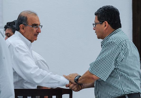 El Gobierno de Colombia y las FARC firmaron el pasado 26 de septiembre en Cartagena el acuerdo de paz que cerraron en agosto tras casi cuatro años de negociaciones en La Habana para poner fin al conflicto armado y acabar con la guerrilla más antigua de América. (YAMIL LAGE / AFP / Getty Images)