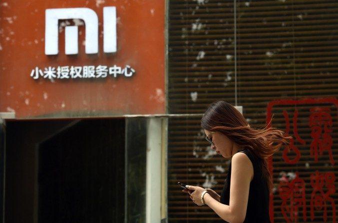 Una mujer cerca de un centro de servicio de Xiaomi en Beijing el 05 de agosto de 2015. (Greg Baker / AFP / Getty Images)