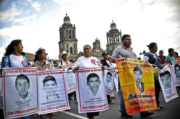 Los padres de 43 estudiantes desaparecidos supuestamente masacrados por la policía y los traficantes de drogas (Photo credit should read YURI CORTEZ / AFP / Getty Images)