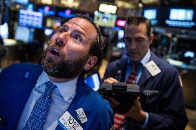 Operadores trabajan en el piso de la Bolsa de Valores de Nueva York durante la mañana del 27 de agosto de 2015 en la ciudad de Nueva York. (Andrew Burton / Getty Images)