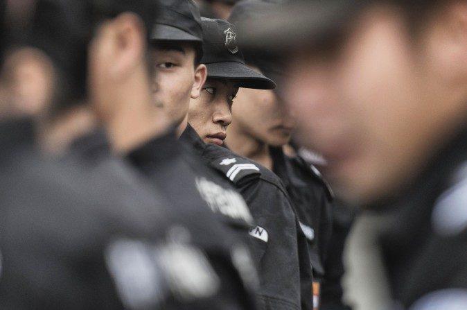 Oficiales de seguridad chinos de pie en la plaza de Tiananmen en Beijing el 30 de agosto de 2015. (Fred Dufour / AFP / Getty Images)