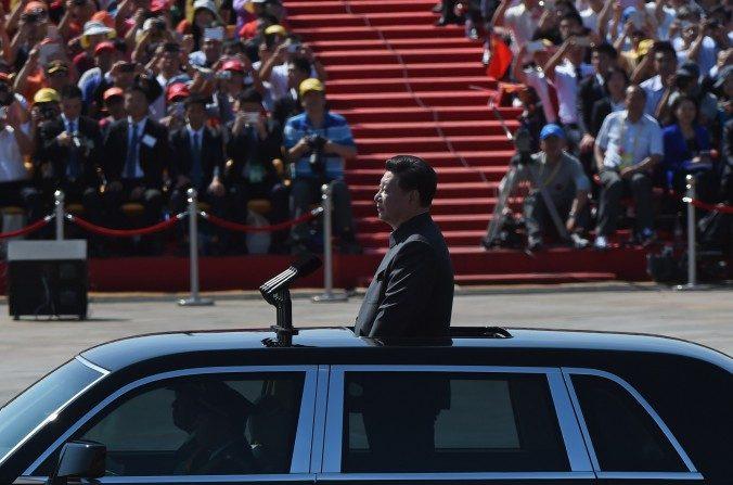 El cabecilla Xi Jinping revisa las tropas desde un automóvil durante el desfile del 3 de septiembre en Plaza Tiananmen. (Greg Baker/AFP/Getty Images)