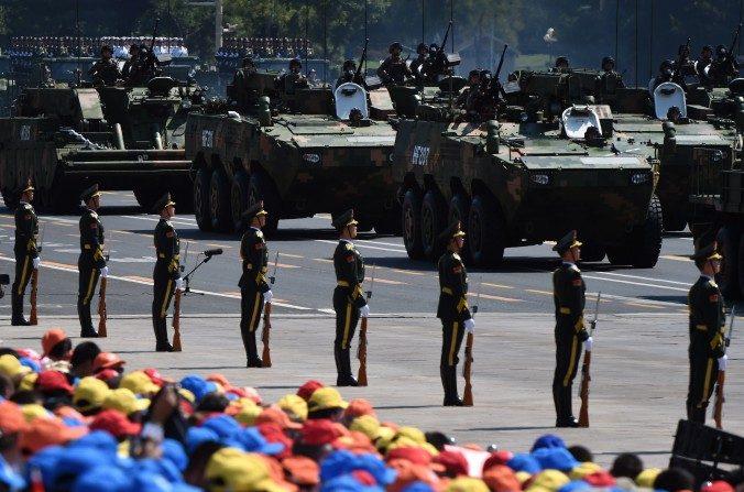 Miembros del Ejército Popular de Liberación del régimen chino participan en un desfile militar a gran escala en Beijing el 3 de septiembre. Al menos podrían reducirse 300.000 de sus integrantes en el ejército chino. (Greg Baker / AFP / Getty Images)