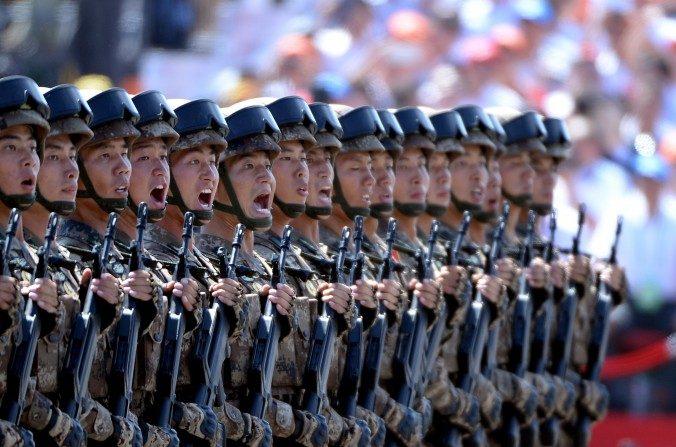 Soldados chinos marchan en formación durante un desfile militar en la Plaza de Tiananmen en Beijing el 3 de septiembre (Wang Zhao / AFP / Getty Images)