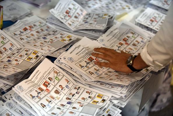 Recuento de votos después de las elecciones generales en la ciudad de Guatemala. (Photo credit should read JOHAN ORDONEZ / AFP / Getty Images)