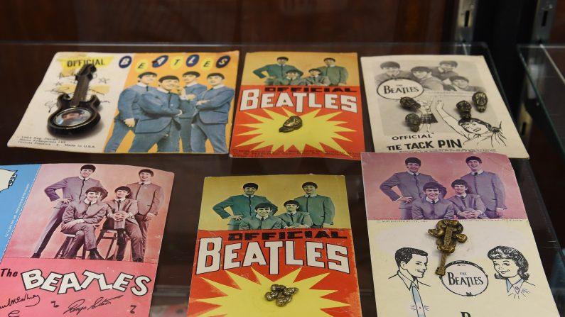 Recuerdos de The Beatles se muestran en una vista previa de la subasta en Beverly Hills, California, el 9 de septiembre de 2015. (MARCA RALSTON / AFP / Getty Images)
