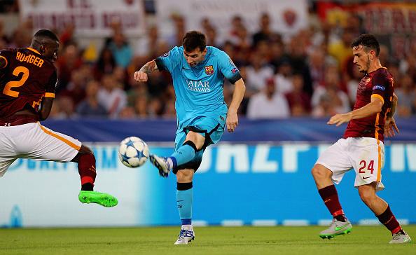 Lionel Messi (C) del FC Barcelona remata el balón durante el partido de la UEFA Champions League dentro del Grupo E entre el AS Roma y el FC Barcelona en el Estadio Olímpico el 16 de septiembre de 2015, en Roma, Italia. (Paolo Bruno / Getty Images)