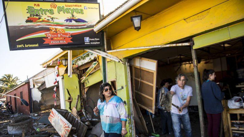 Los residentes quitan escombros en Tongoy, a 400 kilómetros al norte de Santiago , golpeado por un terremoto en la víspera del 17 de septiembre de 2015. (Photo credit should read MARTIN BERNETTI/AFP/Getty Images)