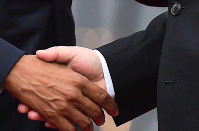 El presidente Barack Obama (izquierda) estrecha la mano con el líder del Partido Comunista Chino, Xi Jinping, en la Casa Blanca el25 de septiembre(JIM WATSON / AFP / Getty Images)
