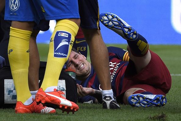 El  delantero argentino del Barcelona Lionel Messi se queja en el campo durante el partido de fútbol de la liga española FC Barcelona vs UD Las Palmas en el estadio Camp Nou de Barcelona el 26 de septiembre de 2015. (LLUIS GENE / AFP / Getty Images)