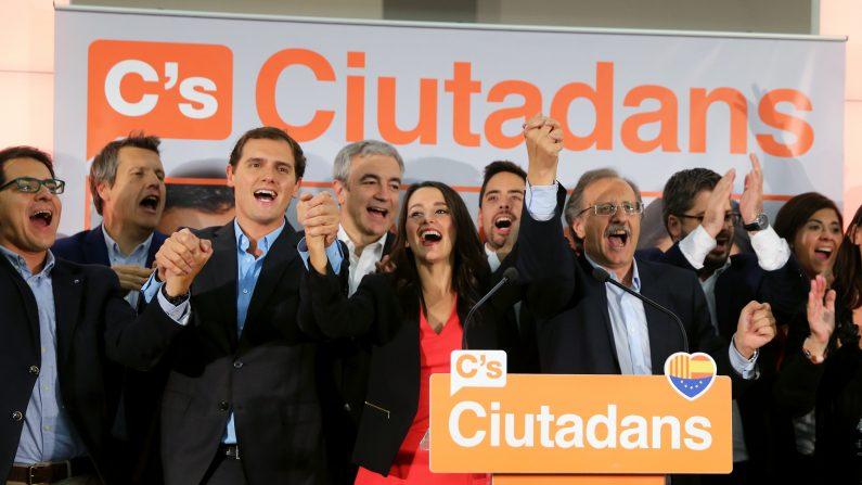 Presidente Ciutadans (Ciudadanos) Albert Rivera y candidato del partido Ciutadans (Ciudadanos) Inés Arrimadas, celebrando con los miembros del partido después de los resultados parciales de las elecciones regionales en Cataluña el 27 de septiembre de 2015, en Barcelona. Separatistas en Cataluña se adjudicaron la victoria de hoy en unas elecciones regionales que han jurado dará lugar a ellos declarando la región independiente de España (Photo credit should read CESAR MANSO / AFP / Getty Images)