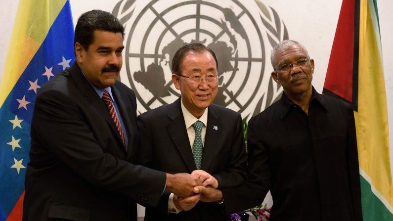 Secretario general de Naciones Unidas, Ban Ki-moon se reúne con Nicolás Maduro Moros, Presidente de Venezuela y David Arthur Granger, Presidente de Guyana 27 de septiembre 2015 en las Naciones Unidas en Nueva York (Photo credit should read DON EMMERT / AFP / Getty Images)