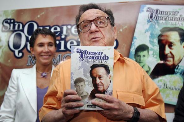 """Aquí Roberto Gómez Bolaños, conocido como Chespirito y por Sus personajes de """"El Chavo del 8"""" y """"El Chapulín Colorado"""", presentando su libro autobiográfico """"Sin Querer Queriendo, Memorias"""", el 30 de agosto de 2006 en Ciudad de México, acompañado por su esposa Florinda Meza (Photo credit should read SUSANA GONZALEZ / AFP / Getty Images)"""