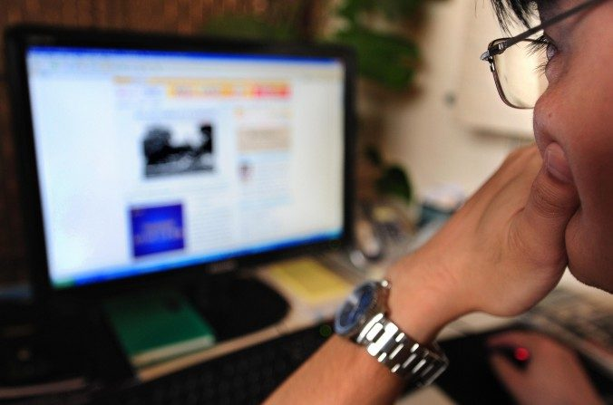 Un hombre piensa mientras navega por Internet en Beijing el 15 de junio de 2009. Si China puede desarrollar las instituciones para permitir la innovación será lo que determine su futuro económico, dice el economista Ma Guangyuan. (Frederic J. Brown / AFP / Getty Images)