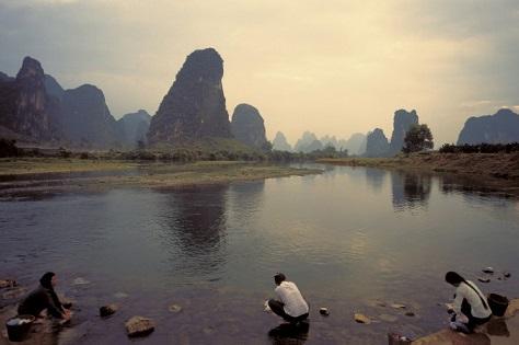 Mujeres lavan ropa en un río en la China rural. Cuando Han Xin regresó a su ciudad natal, se encontró con la lavandera que le había ayudado y le mostró su agradecimiento dándole 1.000 monedas de oro. (Hemera Technologies/Photos.com)